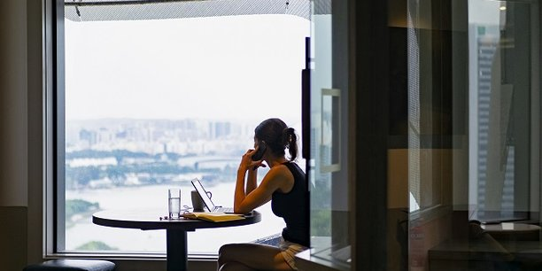 Le télétravail était pratiqué par 11% des cadres au moins un jour par semaine en 2017, contre 3% de l'ensemble des salariés, selon une étude de la Dares, les cadres ayant tendance à travailler plus longuement quand ils choisissent ce mode d'organisation.