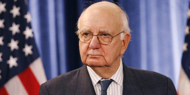 Paul Volcker quitte la Fed en 1987 mais revient sur le devant de la scène politico-économique en 2008 en tant que conseiller de Barack Obama en pleine crise financière (photo de l'ex-président de la Fed, en conférence de presse à Chicago le 26 novembre 2008, jour de sa nomination par Barack Obama).