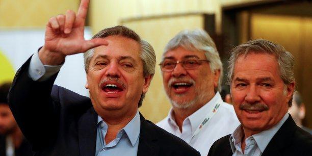Le nouveau président (à g.) prend ses fonctions alors que les voyants de l'économie argentine sont dans le rouge.