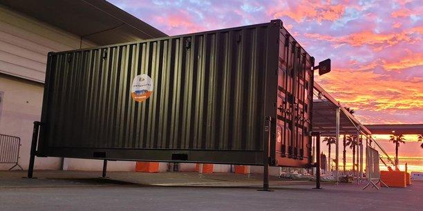 La solution énergétique est installée sur des conteneurs, qui offrent un abri de 70 à 140 m2