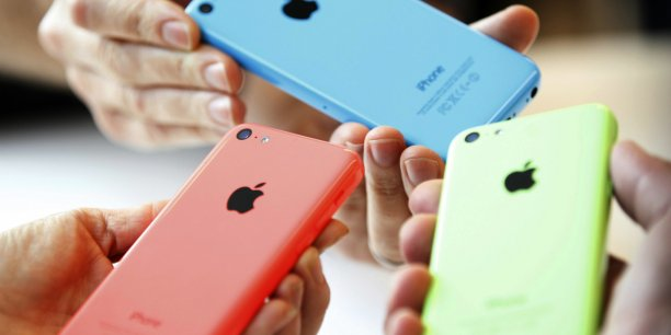 Le nouvel iPhone 5C commercialisé par Apple / Reuters.