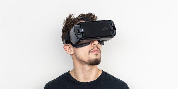 Photo d'illustration. Casque de réalité virtuelle sur la tête, manette en main, les patients peuvent s'appuyer sur des serious games pour progresser dans le domaine de la santé, notamment mentale.
