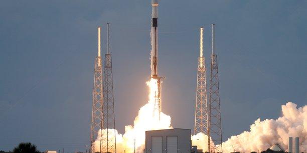 Au lieu d'une compétition honnête sur le marché des lancements spatiaux, ils font du lobbying pour des sanctions à notre encontre, et font du dumping sur les prix en toute impunité, a twitté le chef de l'agence spatiale russe, Dmitri Rogozine