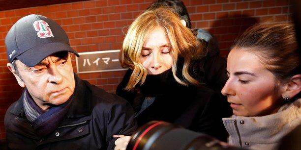 Photo d'archive. Carlos Ghosn (à g.), accompagné de sa femme Carole Ghosn (au milieu), arrive à son lieu de résidence à Tokyo, le 8 mars 2019.