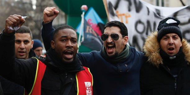 Des syndicalistes et travailleurs en grève assistent à une manifestation contre le projet de réforme des retraites, le 26 décembre 2019 à Paris.