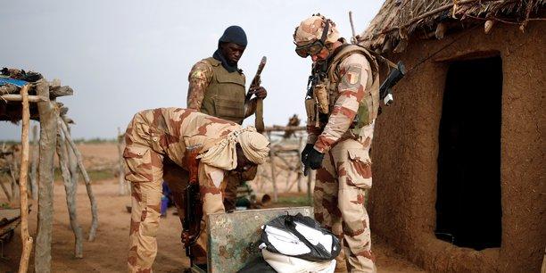 Patrouille conjointe de soldats des Forces armées maliennes (FAMa) et de l'armée française lors de l'opération Barkhane à Ndaki, au Mali, le 29 juillet 2019.