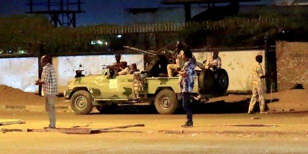 Des membres des forces de soutien rapide stationnés aux alentours d'un bâtiment des Services généraux de renseignements (SGR) le 14 janvier 2020 à Khartoum.