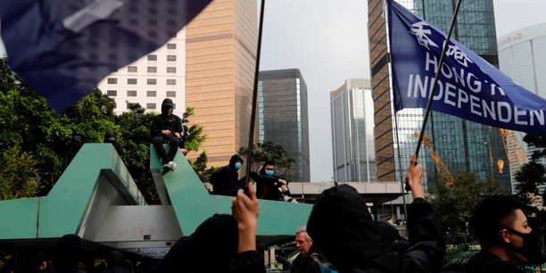 La police anti-emeutes intervient contre des manifestants a hong kong[reuters.com]