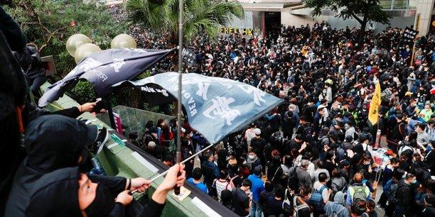 Hong kong: un chef de file des manifestants arrete apres des echauffourees[reuters.com]