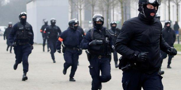 Castaner annonce le retrait d'une grenade controversee[reuters.com]