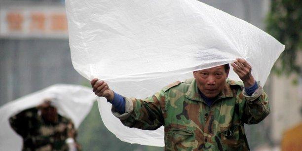 La réglementation interdit notamment la production et la vente des sacs en plastique ultra-fins d'une épaisseur inférieure à 0,025 mm.