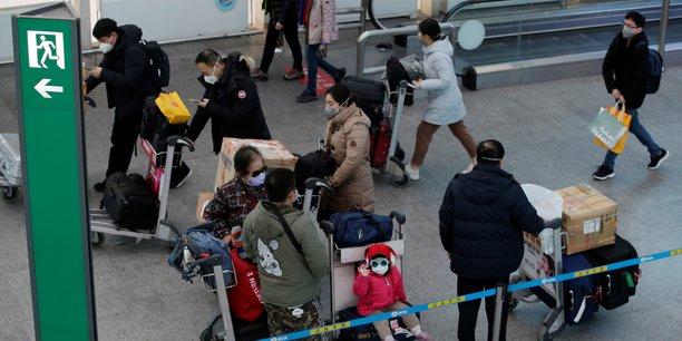 L'épidémie, qui a contaminé plus de 14.000 personnes dont plus de 300 mortellement, a entraîné la paralysie de pans entiers de l'économie chinoise, la population terrifiée préférant rester chez elle.