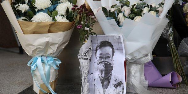Après avoir voir fait ses révélations, le Dr Li Wenliang avait été convoqué par la police, qui l'avait accusé de propager des rumeurs. Mort à 34 ans à peine, après avoir été contaminé par un patient qu'il soignait, il fait désormais figure de héros national face à des responsables locaux accusés d'avoir caché les débuts de l'épidémie.