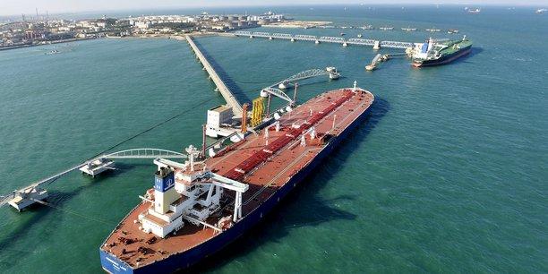 Vue du port de Qingdao, dans la province de Shandong, où arrivent les importations de pétrole. Comme la Chine consomme plus de 10% de la production mondiale, une baisse de sa demande liée aux conséquences du coronavirus ferait chuter les prix du baril. Ces derniers accusent déjà une dégringolade de plus de 15% depuis le début de l'année.