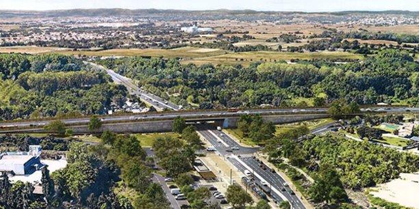 Le pont, qui enjambera le rond-point sur une longueur de 40 m, s'inscrit dans un segment de 1,2 km censé fluidifier le trafic