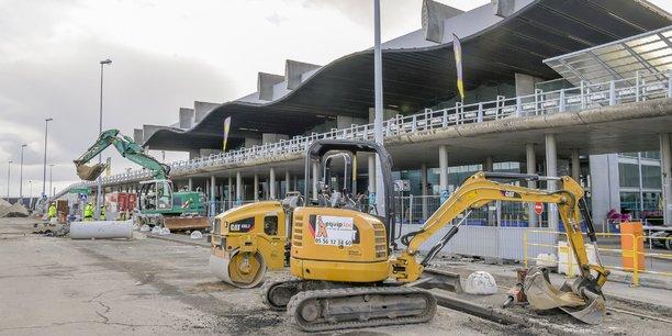 Devant l'aéroport de Bordeaux Mérignac, les travaux commencent pour préparer l'arrivée du prolongement de la ligne A du tramway au printemps 2022.
