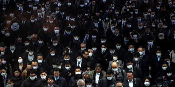 Quand les dommages à l'économie ne sont pas créés directement par la cause mais par les réactions à celle-ci, comme le stress des consommateurs (Photo d'illustration: aujourd'hui 2 mars 2020, dans le métro de Tokyo, au Japon.).