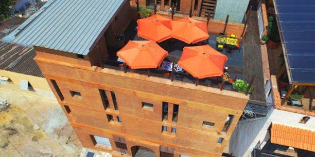 Un bâtiment en blocs de terre compressés conçu par Élémenterre, l'entreprise  du Sénégalais Doudou Dème.