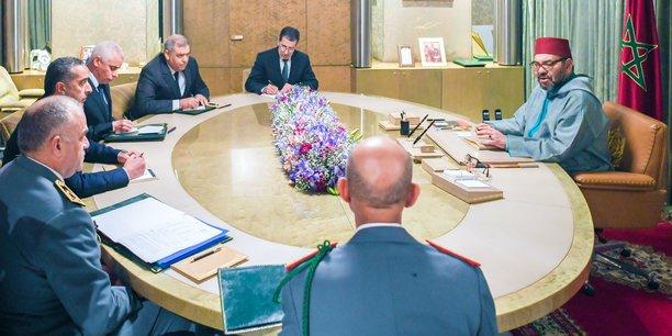 Mohammed VI avec les membres du comité de suivi.