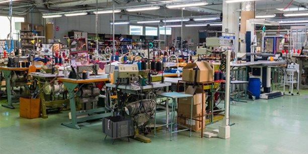 C'est dans les ateliers de l'entreprise gardoise Eminence, à Aimargues, que sont fabriqués quelque 7 000 premiers masques en tissu, destinés aux sapeurs-pompiers de l'Hérault et soignants du CHU de Montpellier.