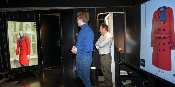 Dans la boutique laboratoire de Lectra, le futur trench coat, aux mensurations du client, vient de passer du gris au rouge pour voir l'effet produit.