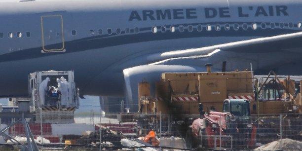 Sortie des six premiers patients transférés de Mulhouse par l'avion hôpital Morphée ce samedi 21 mars à l'aéroport de Bordeaux.