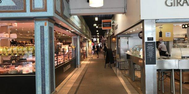 Si les marchés sont désormais suspendus à Lyon, les halles alimentaires, comme les Halles Paul Bocuse restent ouvertes.