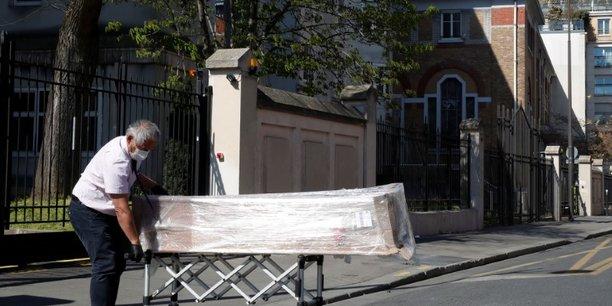 on livre des cercueils non-stop, le coronavirus frappe de plein fouet un ehpad parisien[reuters.com]