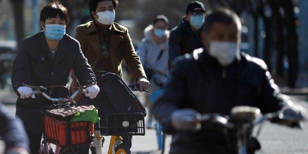 """Chine et Occident : deux visions opposées de la """"guerre"""" contre le coronavirus"""