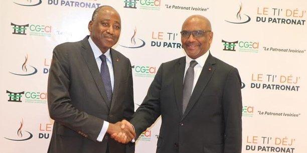 Amadou Gon Coulibaly, Premier ministre ivoirien (gauche) et Jean-Marie Ackah, président de la Confédération générale des entreprises de Côte d'Ivoire (CGECI).