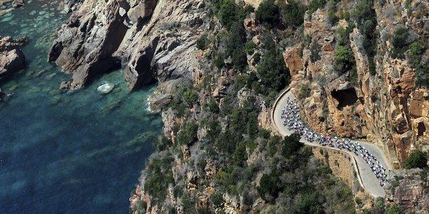 Vue d'une route menant à Calvi.