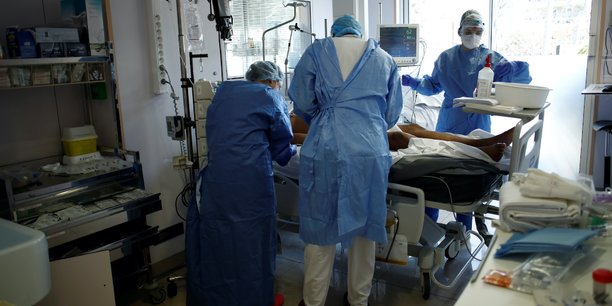 Dans les hôpitaux français, 6.838 personnes sont en réanimation, soit 502 personnes supplémentaires et un solde de 176 patients par rapport à la veille.