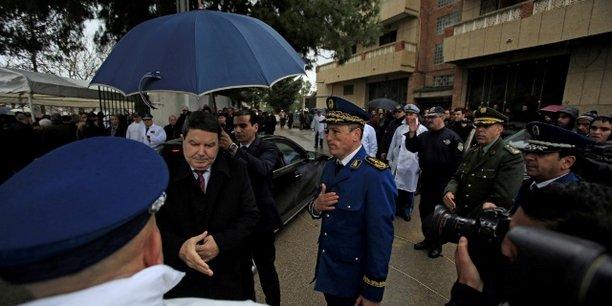 Le général-major Abdelghani Hamel, ancien directeur général de la police nationale algérienne (DGSN), saluant un policier à Alger, le 7 mars 2016.