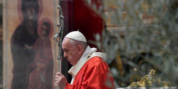 Le pape ouvre la semaine sainte dans une basilique saint-pierre vide[reuters.com]