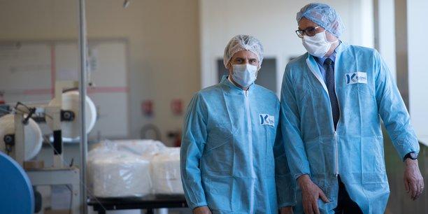 Emmanuel Macron visitant le 31 mars l'usine de fabrication de masques de la société Kolmi-Hopen, située à Saint-Barthélemy d'Anjou, près d'Angers.