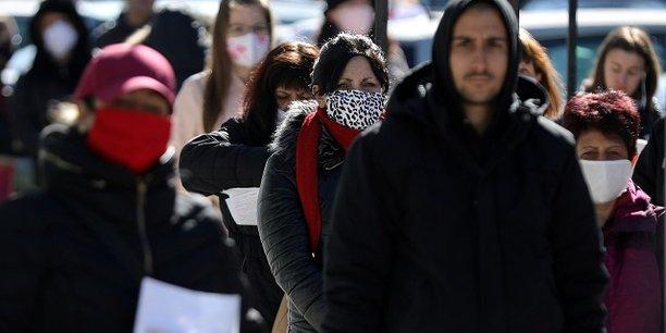 A Sofia en Bulgarie, les files d'attente des demandeurs d'emploi s'allongent.