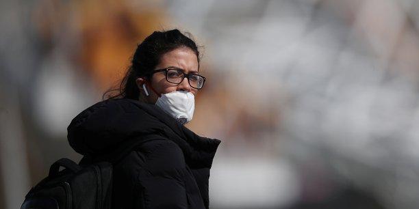 Le port d'un masque dans les lieux publics - pas seulement dans les transports et les lycées et les collèges - doit être systématique pendant les mois suivants la levée du confinement, selon le Conseil scientifique.