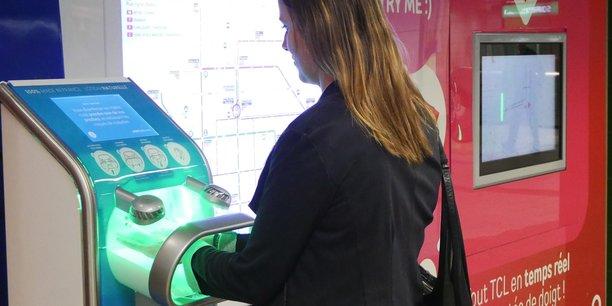 La borne installée à la station de la Part-Dieu du réseau de transport lyonnais, développée par EverCleanHand, permet d'appliquer en quelques secondes et selon une technique de micro-nébulisation un gel hydro-végétal désinfectant.