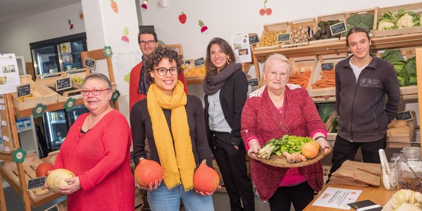 Quatre équipes de consommateurs acteurs gèrent quotidiennement l'épicerie Epi C'Tout à Bordeaux. Au centre, au deuxième plan, Soumia Kessasra.