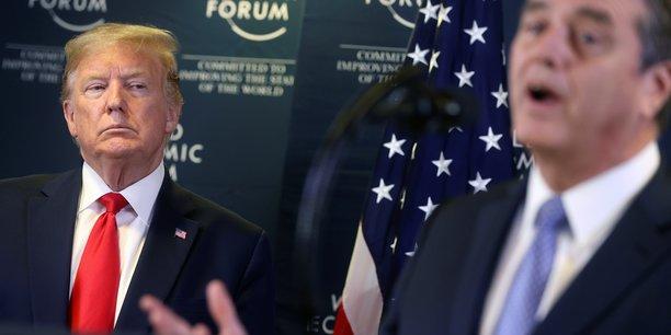 Roberto Azevedo, président de l'OMC (au flou, à dr.), lors d'un discours à Davos (Suisse) le 22 janvier 2020, sous le regard de Donald Trump qui n'a eu de cesse de critiquer les décisions de l'Organisation mondiale du commerce depuis le début de son mandat.