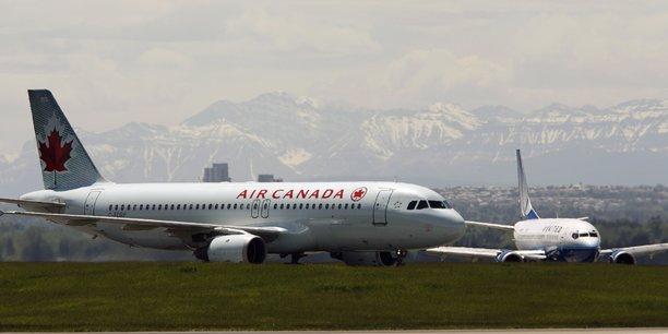 Fin mars, la compagnie basée à Montréal avait mis au chômage technique plus de 16.500 employés, avant d'annoncer début avril qu'elle comptait les réembaucher grâce à un programme de subvention salariale mis en place par le gouvernement de Justin Trudeau. Ce programme a été prolongé vendredi jusqu'à fin août.