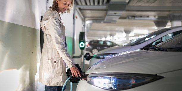 Photo d'illustration. La Plateforme automobile (PFA), qui regroupe les entreprises du secteur, aimerait que le gouvernement rétablisse le bonus de 6.000 euros pour l'achat de véhicules électriques par les entreprises, réduit de moitié au 1er janvier.