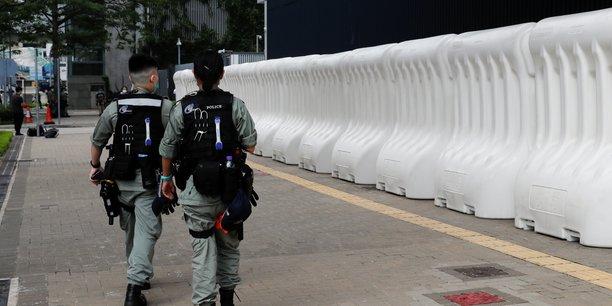 Hong kong: la police anti-emeute deployee autour du parlement[reuters.com]