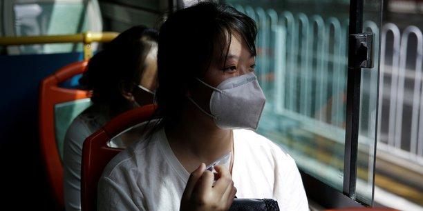 Zhang Ruirui, 26 ans, se rend dans un centre commercial dans l'espoir d'y trouver un emploi, le 13 mai 2020 à Beijing (Chine).