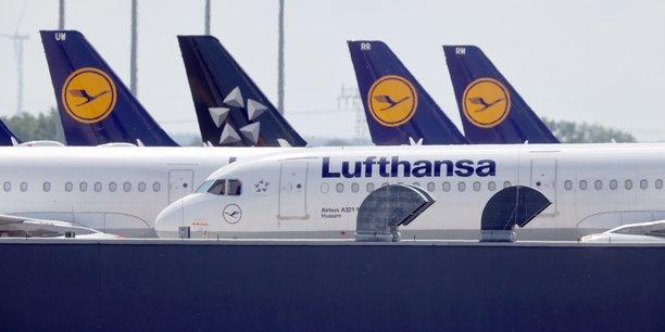 En échange de son aval au plan de sauvetage, la Commission européenne demande à Lufthansa de céder des créneaux horaires de décollage et d'atterrissage (slots), droits très convoités et précieux pour les compagnies aériennes, ou de réduire le nombre d'avions basés en Allemagne, selon plusieurs médias.