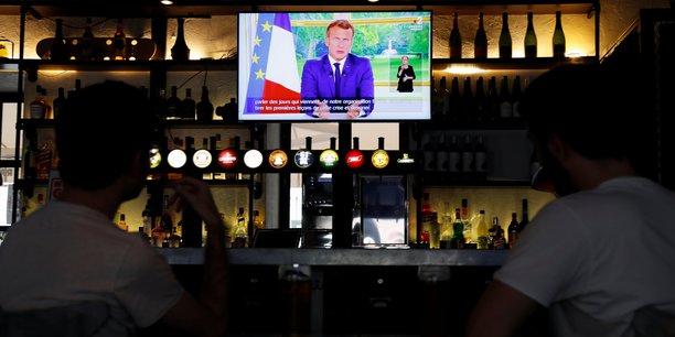À Nice, dans la soirée d'hier dimanche 14 juin, les clients d'un bistrot écoutent l'allocution télévisée du président Emmanuel Macron.