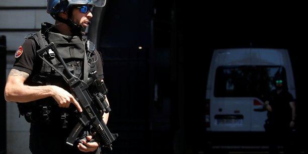 Intervention en cours dans le centre commercial des 4 temps a la defense[reuters.com]