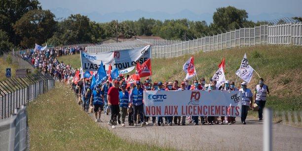Plusieurs milliers de salariés d'Airbus ont manifesté contre les licenciements début juillet à Toulouse.