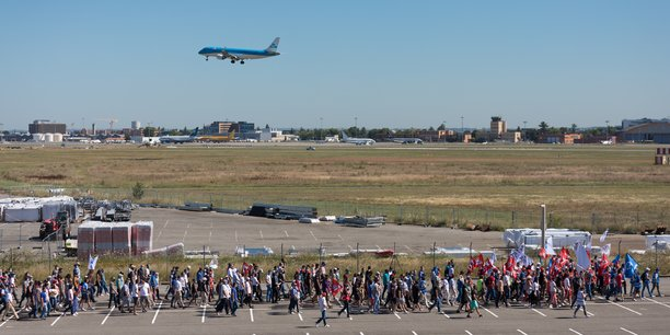 Entre 7 000 et 9 000 personnes ont défilé le long des pistes de l'aéroport de Toulouse ce jeudi matin.