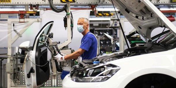 Le virus chamboule les plans de route de PSA et de Renault